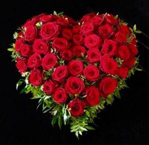 Protestantischer Friedhof Augsburg - Trauerherz mit roten Rosen
